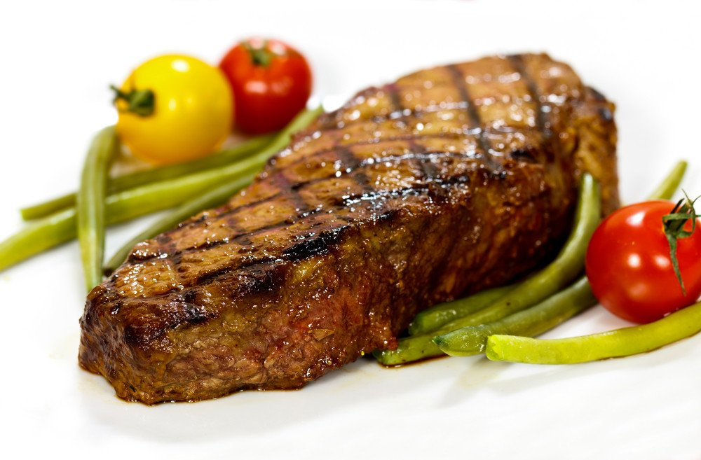 Grilled sirloin steak with spicy rub and chipotle sauce - Steak d espadon grille sauce combava ...